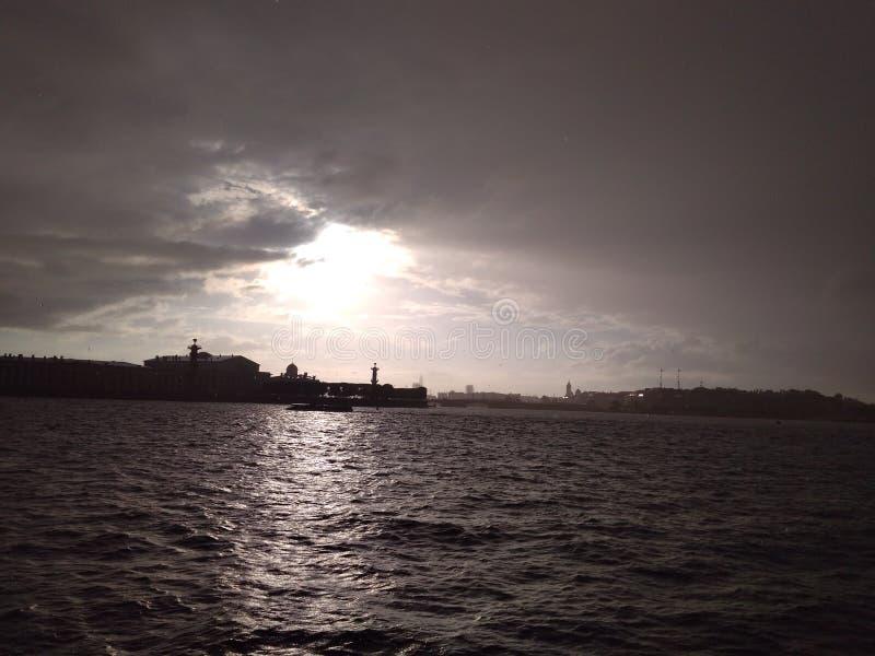 wunderbare Stadt auf dem Neva Ansicht des Spuckens von Vasilyevsky Insel lizenzfreies stockfoto