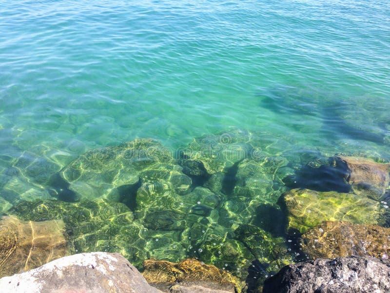 Wunderbare transparente Unterseite des Sees lizenzfreies stockfoto