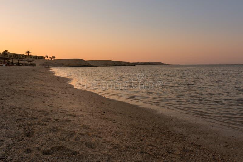 Wunderbarer ägyptischer Strand bei Sonnenuntergang lizenzfreies stockfoto