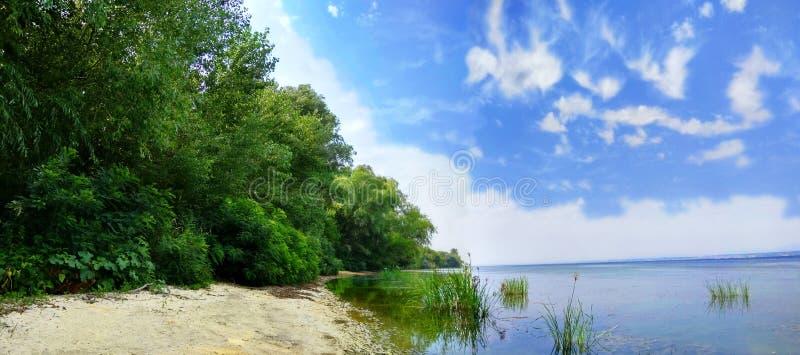 Wunderbarer Dnieper-Fluss Ð'each mit üppigen Weiden und blauem Himmel stockfoto