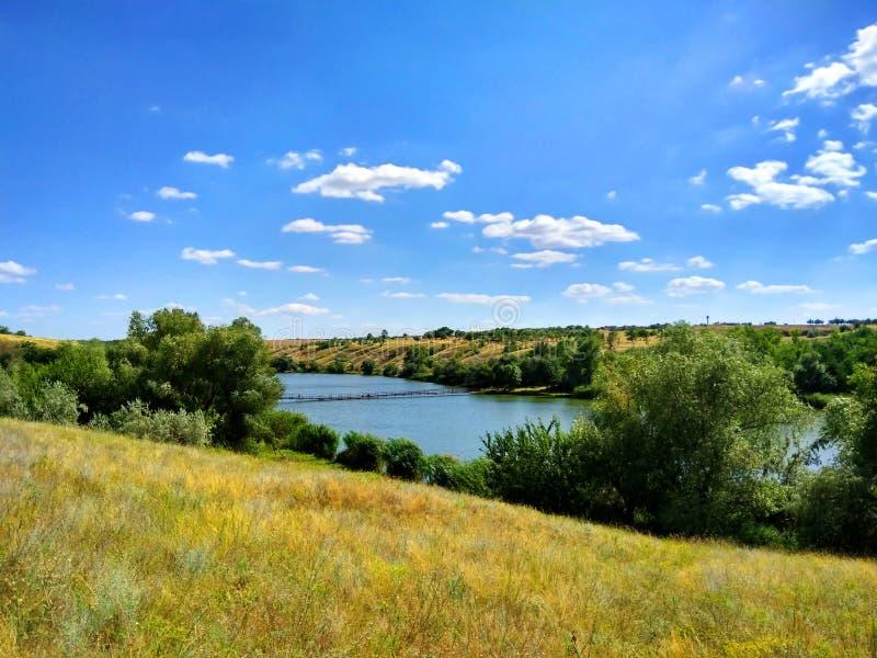 Wunderbarer Dnieper-Fluss, Brücke, Feldgräser, Weiden, blauer Himmel stockfoto