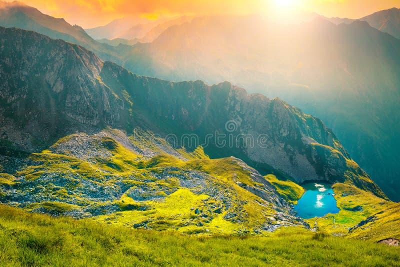 Wunderbarer Gletschersee und Gebirgsrücken bei Sonnenuntergang, Rumänien lizenzfreies stockbild