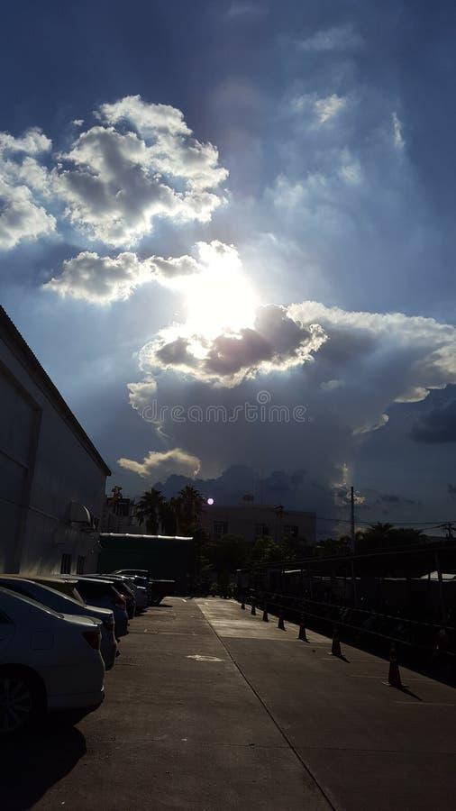 Wunderbarer Himmel mit Sonne und sch?ner Wolke stockbild