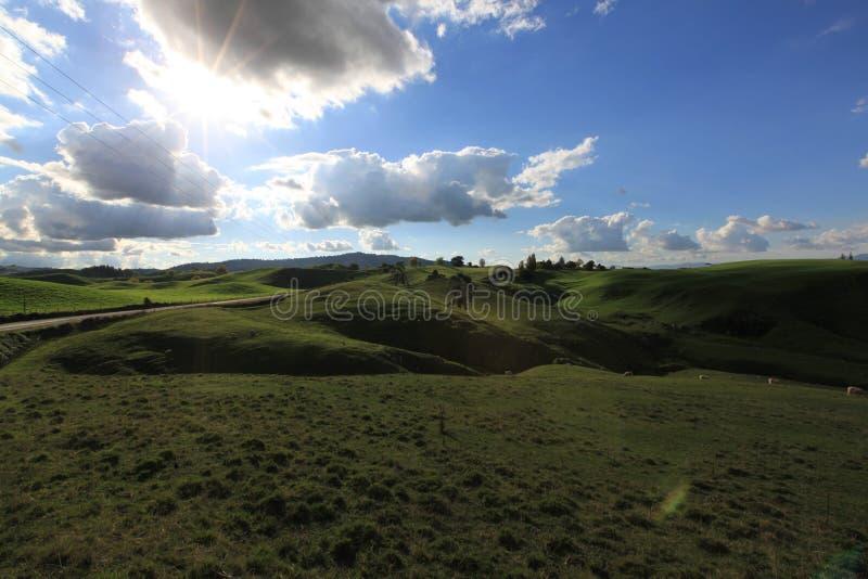 Wunderbarer Himmel mit vielem Hügel stockbilder