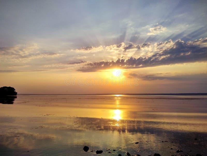 Wunderbarer Sonnenuntergang über dem Dnieper-Fluss lizenzfreie stockfotos