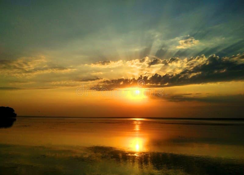 Wunderbarer Sonnenuntergang über dem Dnieper-Fluss lizenzfreie stockfotografie
