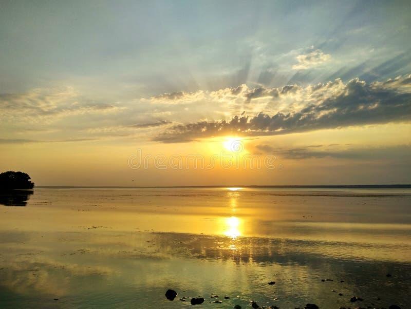 Wunderbarer Sonnenuntergang über dem Dnieper-Fluss lizenzfreie stockbilder