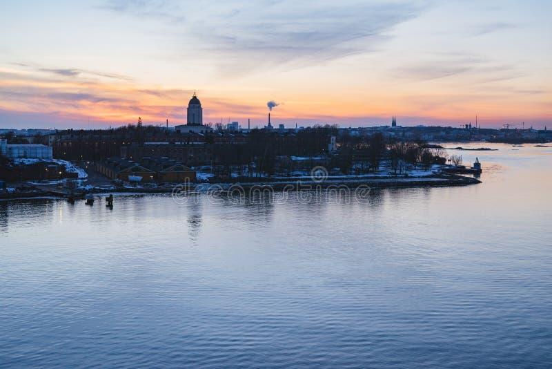 Wunderbarer Sonnenuntergang über Festung Suomenlinna und Helsinki-Stadt stockfotos