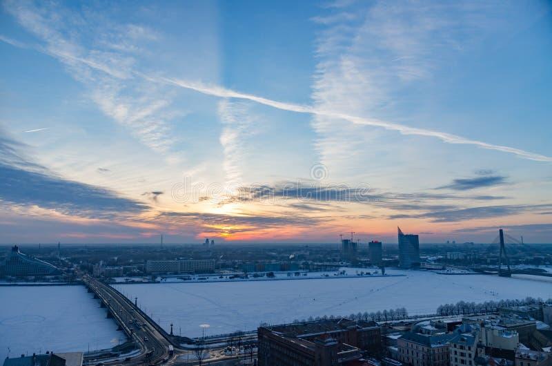 Wunderbarer Sonnenuntergang über Riga-Stadt bis zum Winter lizenzfreies stockfoto