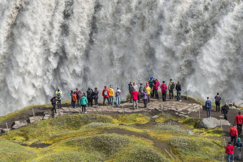 Wunderbarer Wasserfall in Island, Sommerzeit lizenzfreies stockbild