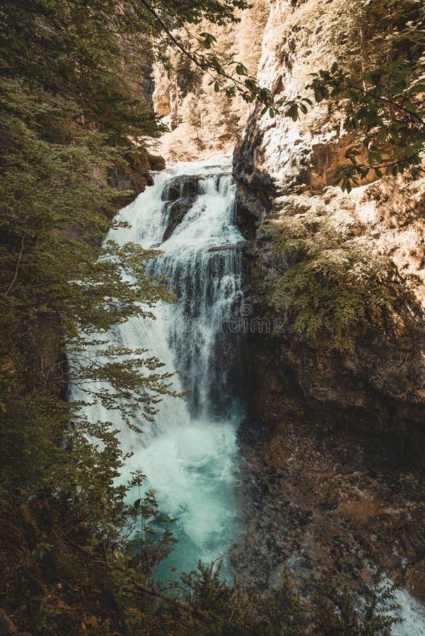 Wunderbarer Wasserfall mitten in dem Wald in Nationalpark Ordesa, Spanien stockfotografie