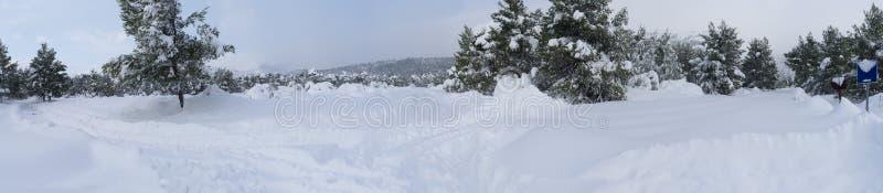 Wunderbarer Winter des Panoramablicks mit vielen Schnee und Schneeantrieben in einem griechischen Dorf auf der Insel von Evia, Gr lizenzfreie stockbilder