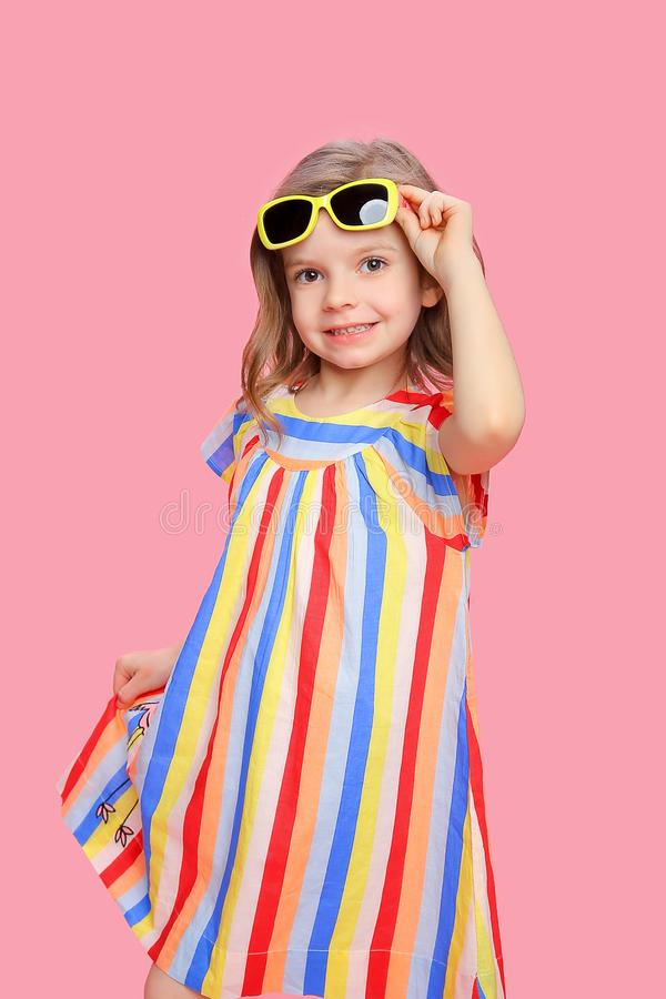Wunderbares modisches Mädchen im stilvollen Kleid stockbilder