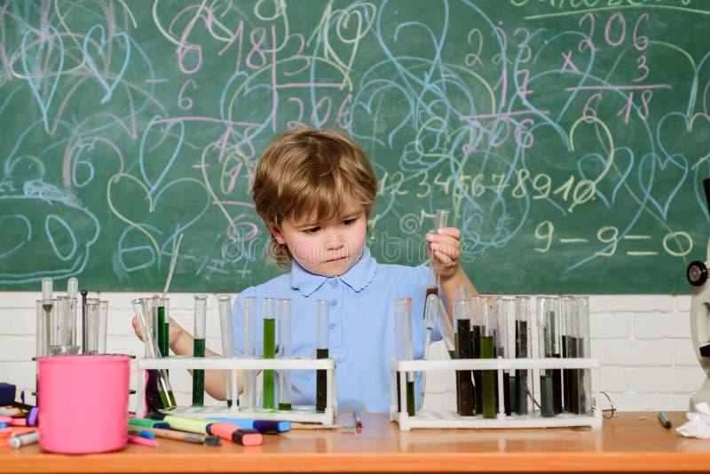 Wunderkind und frühe Entwicklung Kleiner Schüler, der Chemie in der Schule lernt Chemielabor Praktisches Wissen stockbild