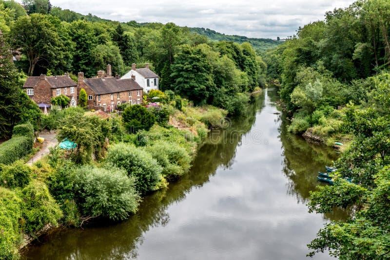Wunderliche Häuser entlang dem Fluss Severn in England lizenzfreies stockbild
