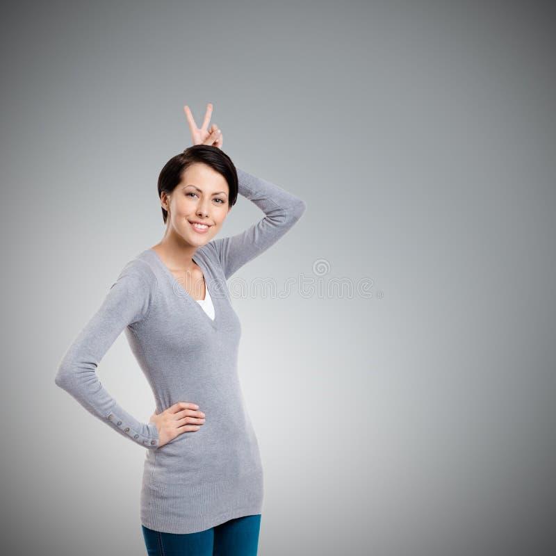 Wundervolles Mädchen gestikuliert Handhupe lizenzfreies stockfoto