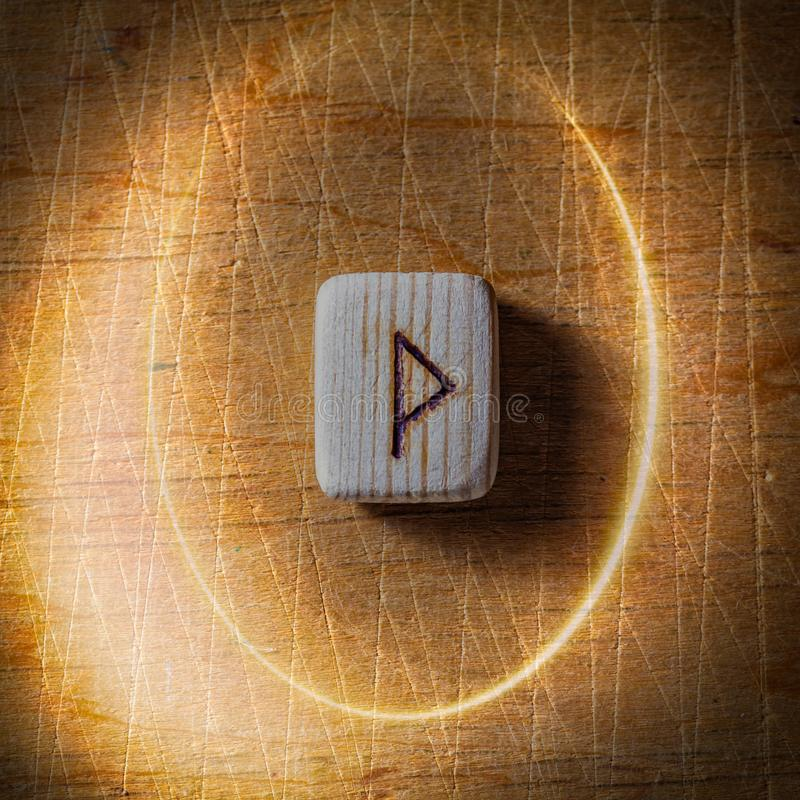 Wunjo Handgjorda scandinavian tr?runor p? en tr?tappningbakgrund i en cirkel av ljus begrepp av f?rm?genhet royaltyfria bilder