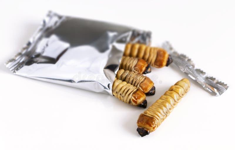 Wurmkäfer oder getrocknete Käferlarven in einer Folienverpackung essfertig lizenzfreie stockfotografie