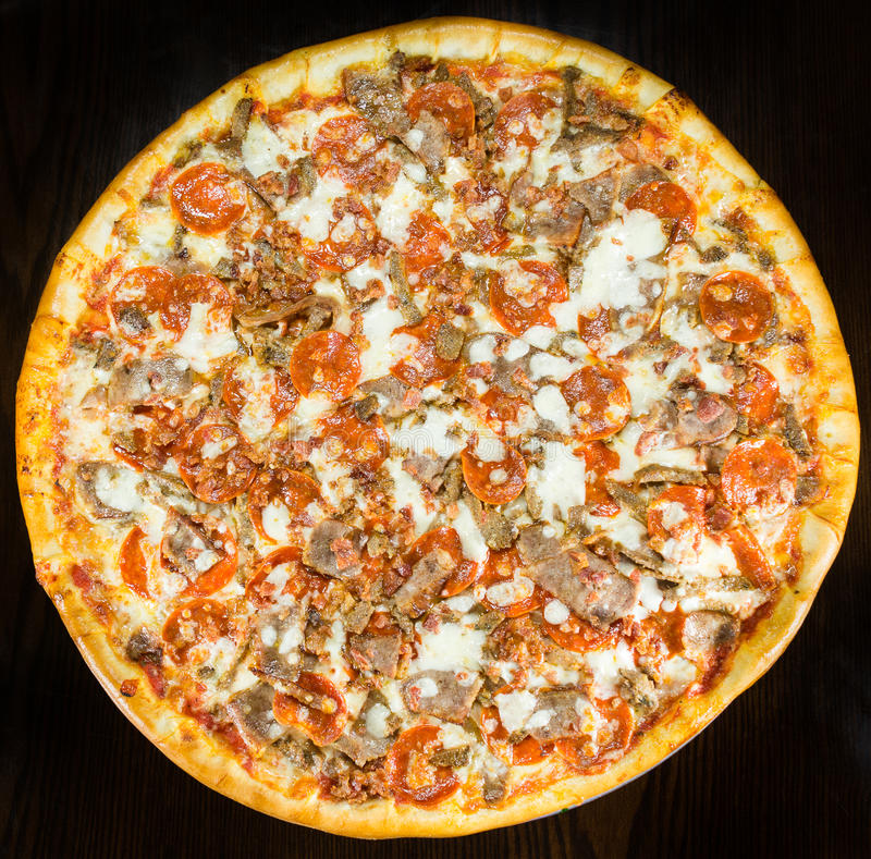 Wurst-Pepperoni-Speck-Pizza-ganze Torte lizenzfreie stockbilder