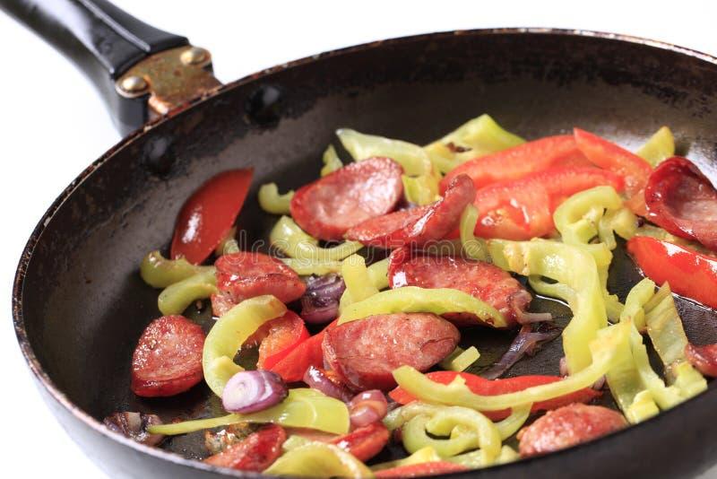 Wurst und Gemüse Stirfischrogen lizenzfreie stockfotos