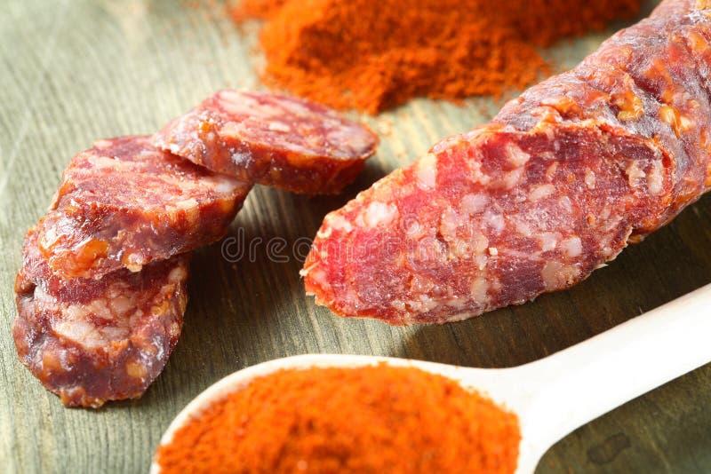 Wurst und Paprika auf dem Löffel stockbild