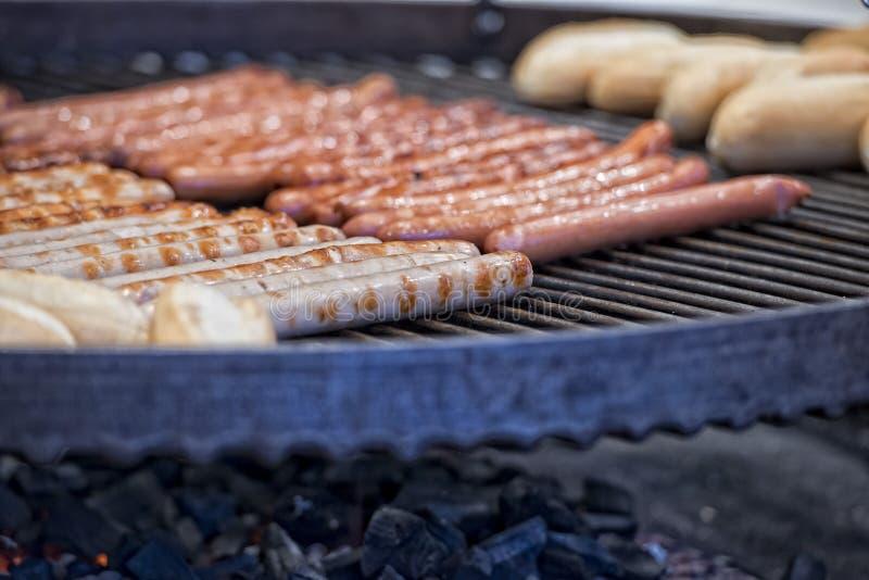 Wurstel sur le barbecue image libre de droits