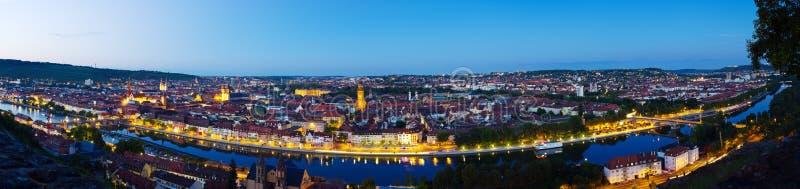 Wurzburg en el panorama de la noche fotografía de archivo