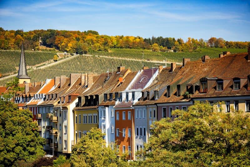 Wurzburg sikt av kullarna med vingårdar, bak staden Autentiska härliga städer av Tyskland Nordliga Bayern, Tyskland arkivbild