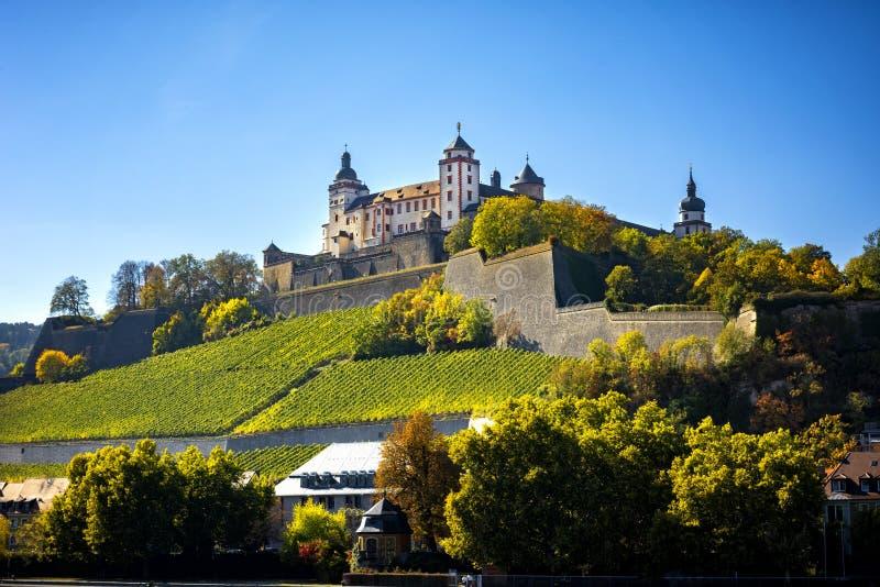 Wurzburg, vista com vineyrds e castelo Cidades bonitas autênticas de Alemanha Baviera do norte, Alemanha imagens de stock