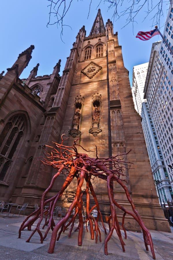 Wurzel-Skulptur und Dreiheit-Kirche in New York City lizenzfreies stockfoto