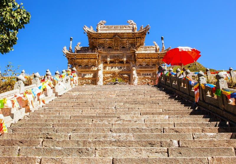 Wutaishan (montagem Wutai) cena-cinzelou o torii de pedra na frente da porta do templo de Longquan. foto de stock