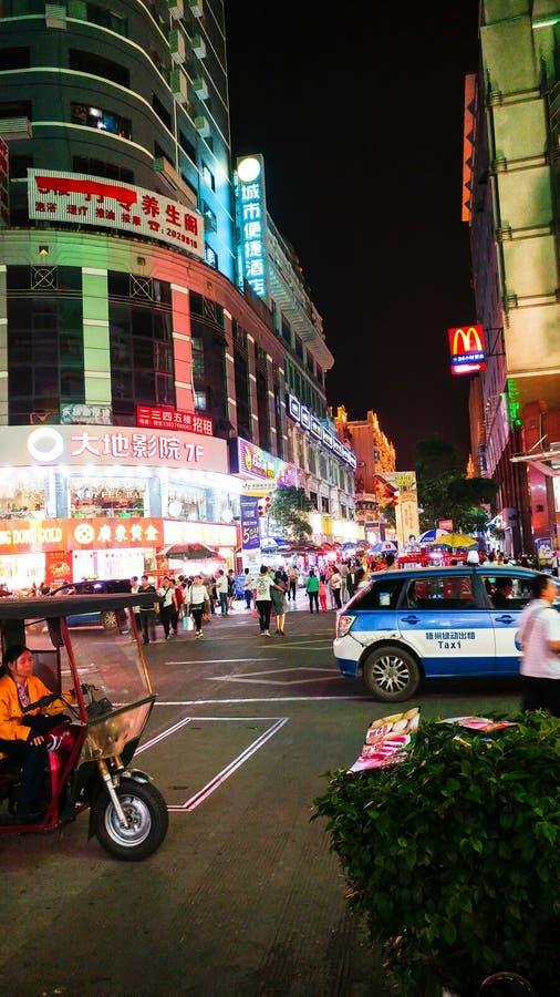 WUZHOU, CHINA - 3 DE MAYO DE 2017: Calle vieja de la ciudad con la gente y el mot imagen de archivo