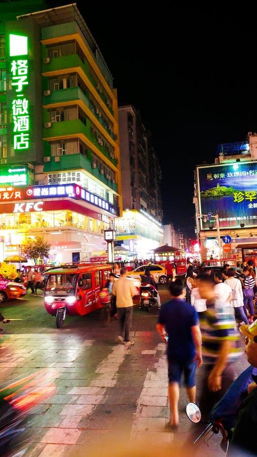WUZHOU, CHINA - 3 DE MAYO DE 2017: Calle vieja de la ciudad con la gente y el mot imagenes de archivo