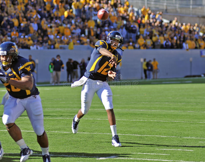 WVU Quarterback Geno Smith - Touchdown-Pass stockfotografie