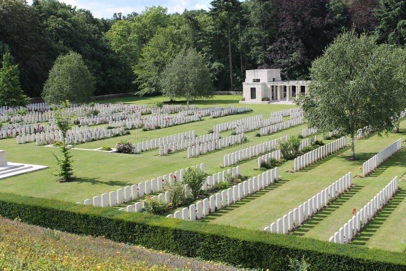 WW1 Buttes ny brittisk kyrkogård- och Nya Zeeland minnesmärke i polygonträ nära Zonnebeke och Ypres, Belgien royaltyfri bild