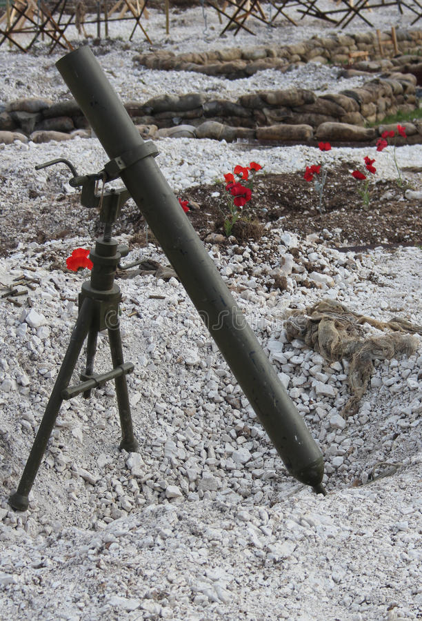 WW1 slagveld met mortier en papavers stock fotografie