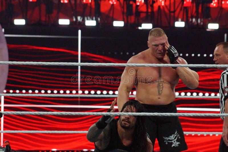 WWE-de Kampioen Brock Lesner houdt gezicht aangezien hij Roman Reigns wh grijpt stock foto