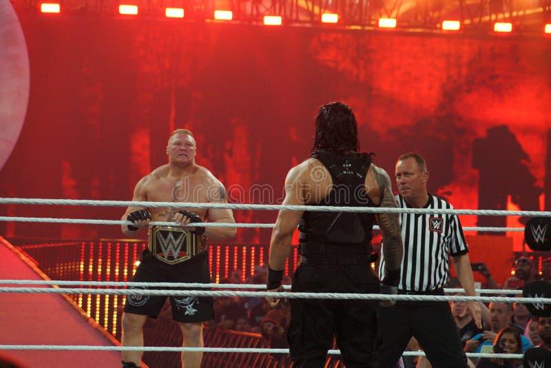 WWE-de Kampioen Brock Lesner staart over ring in Roman Reigns zoals royalty-vrije stock afbeeldingen