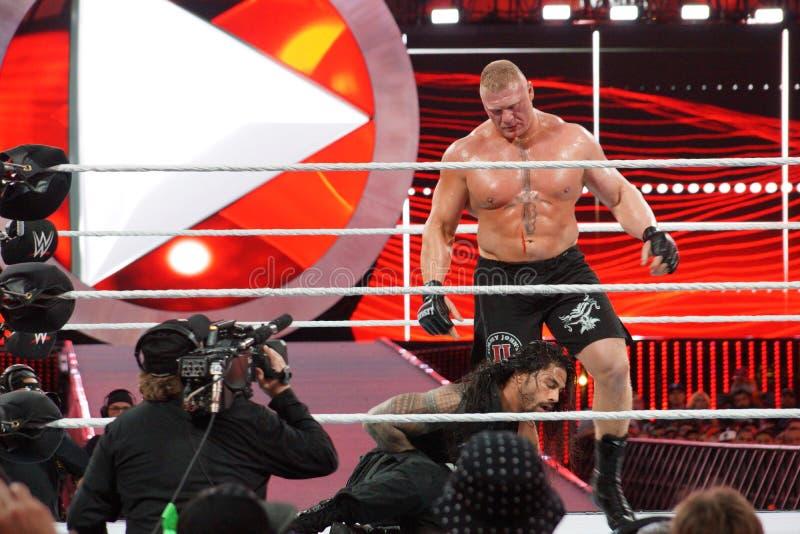 WWE-de Kampioen Brock Lesner tapt van gezicht af aangezien Roman Reigns houdt stock foto's