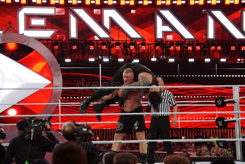 WWE-de reeksen van Kampioensbrock lesner - omhoog aan F-5 Roman Reigns door te plaatsen stock foto