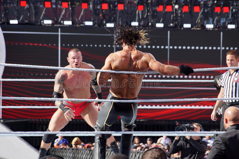 WWE-de sprongen van Worstelaarsseth rollins van de kabels als Randy Orton s royalty-vrije stock fotografie