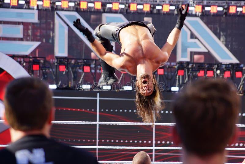WWE-de tikken van Worstelaarsseth rollins in de lucht van bovenkant van de kabels aan buiten ring stock afbeelding