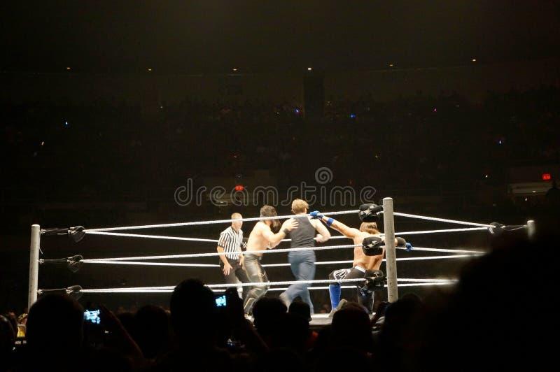 WWE-de Worstelaar Seth Rollins duwt Dean Ambrose naar kabels stock foto's