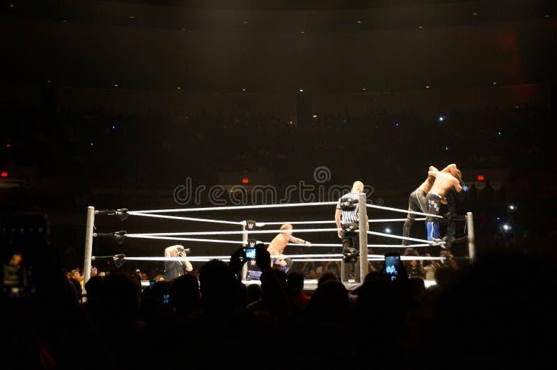 WWE-de Worstelaar Seth Rollins en AJ Stijlen proberen om superplex te verdubbelen stock afbeelding