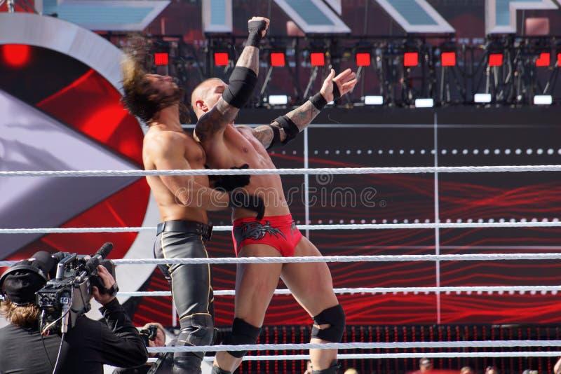 WWE-de Worstelaar Seth Rollins krijgt opstoot van de kabels van Wellustig royalty-vrije stock foto