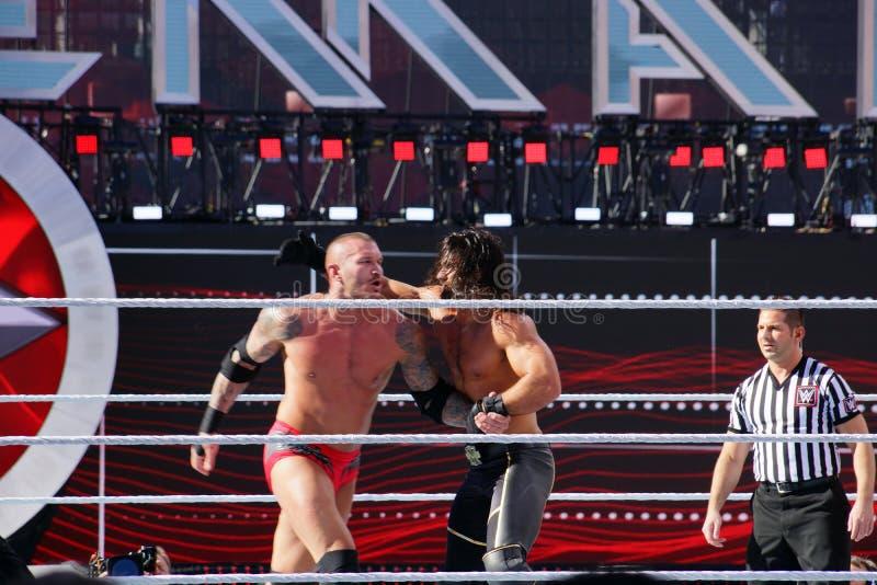 WWE-de Worstelaar Seth Rollins werpt Randy Orton in de kabels stock foto's