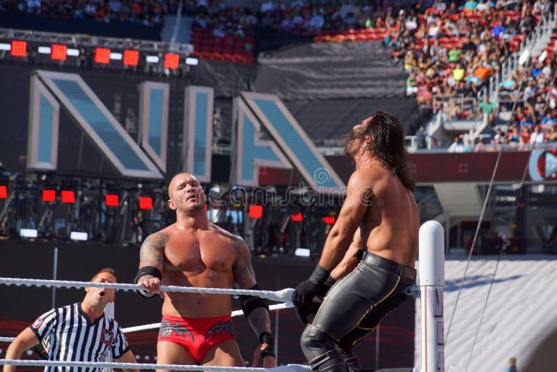 WWE-de Worstelaar Seth Rollins wordt in hoogste spanschroef wordt gebogen die zoals liep royalty-vrije stock afbeelding