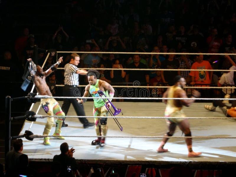 WWE-de Worstelaarsmarkering Champs Groot E, Kofi Kingston, en Xavier Woods van de Nieuwe Dag viert winst bij WWE-gebeurtenis stock fotografie