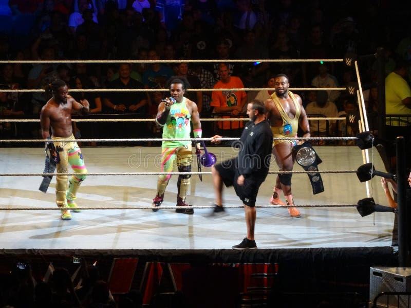WWE-de Worstelaarsmarkering Champs Groot E, Kofi Kingston, en Xavier Woods van de Nieuwe Dag viert winst met de voetbal van de Re stock foto's