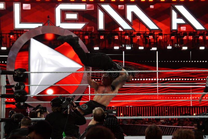 WWE-Kampioen Brock Lesner F-5ing Roman Reigns van de bovenkant van van hem stock afbeeldingen